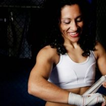 Boxeadora Krespita Rodríguez motiva reinserción social a jóvenes mujeres que están en Sename