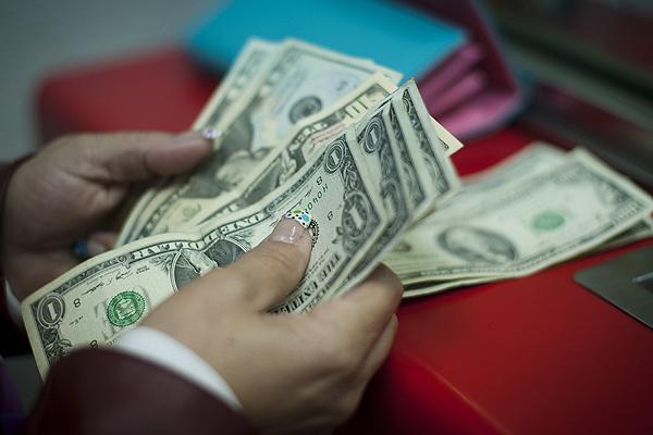 Dólar cierra con marcada caída y termina debajo de los $720