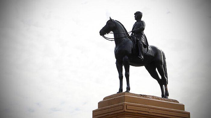 Corte de Apelaciones establece arresto domiciliario total para imputado por daños a estatua de Baquedano