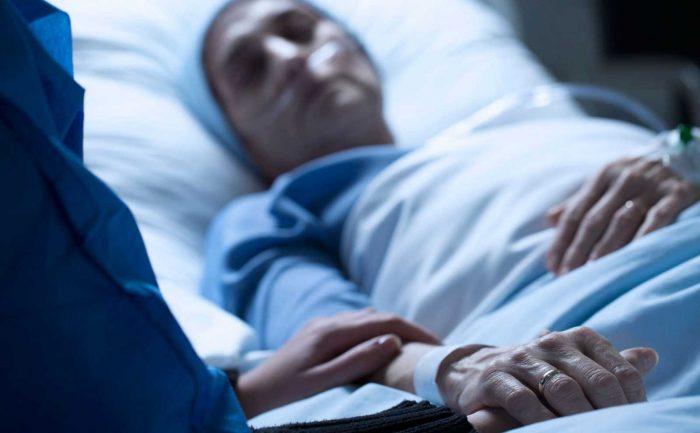 Un proyecto que legaliza la eutanasia sin avanzar en una muerte digna