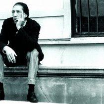 Indignación en mundo literario por amenaza de cárcel y multa contra autor de libro sobre el poeta Juan Luis Martínez