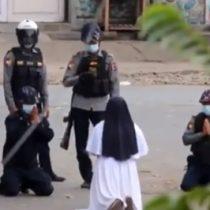Monja católica que se arrodilló frente a fuerzas militares para frenar la represión en Birmania se volvió viral en internet