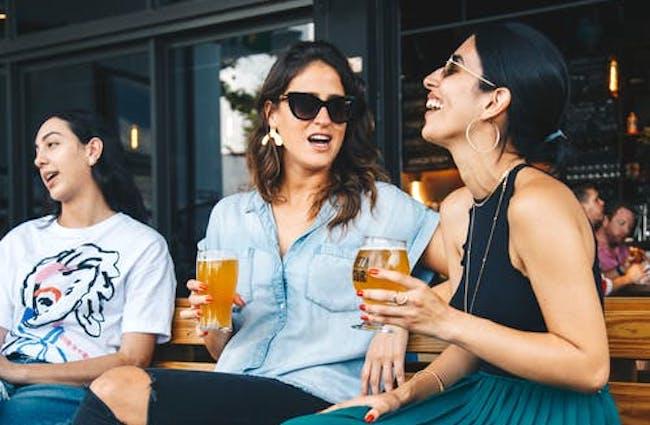 La cerveza es paritaria: mujeres aumentan preferencia por esta bebida