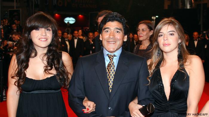 Abogado de Maradona: sus hijas le robaron y lo abandonaron
