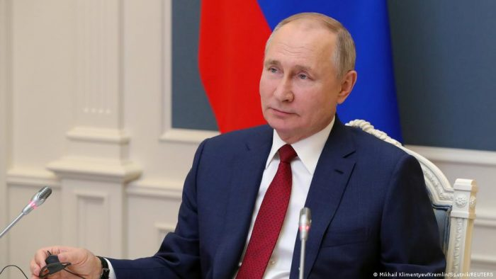 Putin firma ley que le permite quedarse en el poder hasta 2036