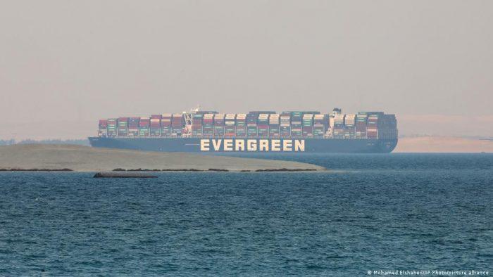 Egipto reclama indemnización de 900 millones de dólares por bloqueo del canal de Suez