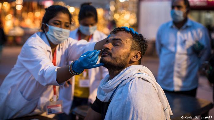 India rompe récord mundial de contagios en un día