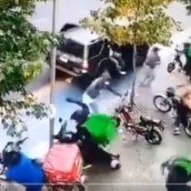 Grupo de desconocidos atacó con objetos contundentes a repartidores de delivery en Santiago Centro