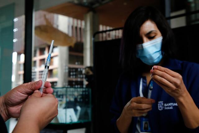 Chile supera los ocho millones de vacunados contra el coronavirus y es el segundo país con más población totalmente inmunizada