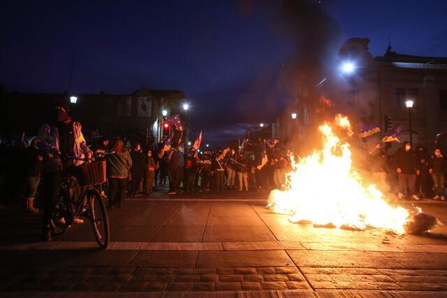Cacerolazos y barricadas persisten por segundo día consecutivo: se registraron nueve detenidos en nueva jornada de protestas por decisión del Gobierno de enviar el retiro del 10% al TC