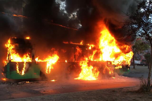 Queman bus del transporte público en Villa Francia: vehículo fue consumido por las llamas