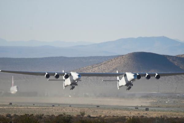 Roc: el avión más grande del mundo surca los cielos en California