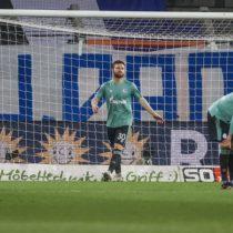 Jugadores del Schalke 04 tuvieron que escapar corriendo de los hinchas luego de descender de la Primera División del fútbol alemán