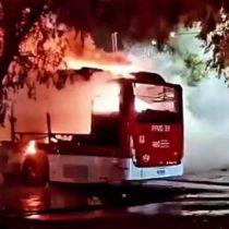 Encapuchados queman bus del transporte público en Cerrillos en nueva jornada de incidentes en la RM