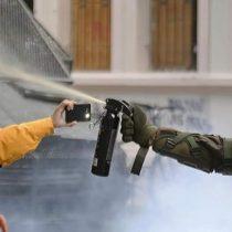 Carabineros denuncia ante Contraloría a funcionaria del INDH: la acusan de entorpecer detención durante manifestación