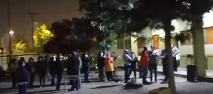 Carabineros detiene a 60 personas por infringir normas sanitarias en liceo de San Ramón: más de una decena son funcionarios municipales