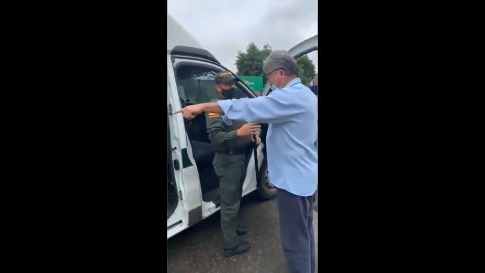 Senador colombiano enfrenta a policía tras detención de manifestantes