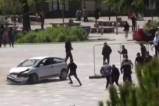 Personas detienen a un alocado conductor que puso en peligro a decenas de peatones en Albania