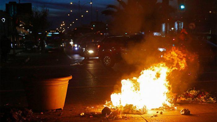 Cacerolazos esporádicos y barricadas: cuarta noche de manifestaciones ante requerimiento al TC por tercer retiro