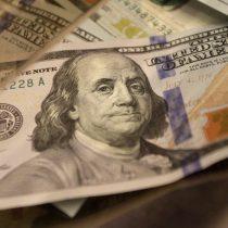 Dólar cierra bajo los $700 y marca su valor más bajo desde el 2019