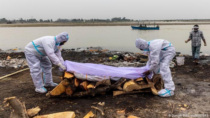 Decenas de cadáveres de víctimas de COVID-19 están apareciendo a orillas del río Ganges, norte de India