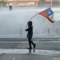 Medio público alemán se pregunta: ¿Por qué los chilenos no confían en (casi) nada?