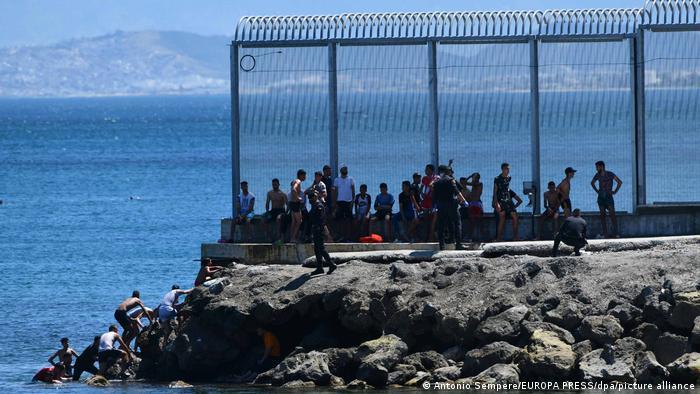 Caminando o nadando: cifra récord de 5.000 migrantes llega a Ceuta desde Marruecos