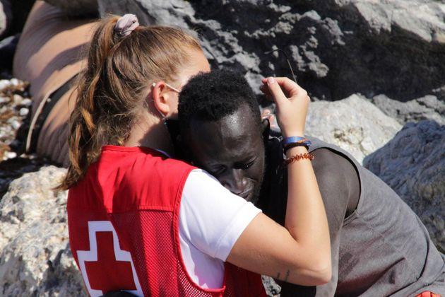 Crisis migratoria en Ceuta: el enternecedor abrazo entre un migrante y una trabajadora de la Cruz Roja