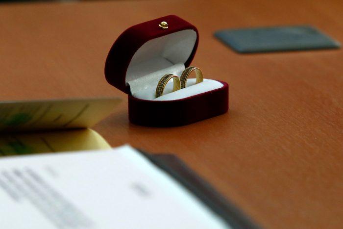 Al menos 60 personas asistieron a matrimonio en Las Condes: fiscalizador fue agredido por el novio