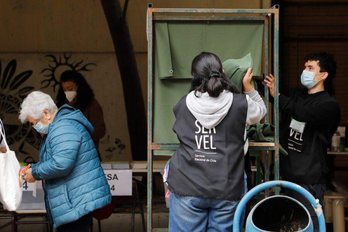 Insólito: registran urnas sin cortinas en centro de votación del Liceo Darío Salas