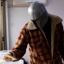 Un mandaloriano vota en las elecciones: hombre aparece con icónico casco de Star Wars