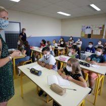 """Francia prohíbe oficialmente el lenguaje inclusivo en la educación: Gobierno lo considera """"un obstáculo a la comprensión de la escritura"""""""