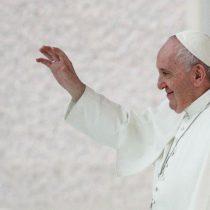Papa Francisco besa número tatuado en el brazo de sobreviviente del Holocausto