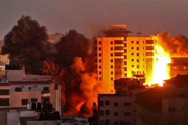 Bombardeo de Israel derrumba edificio de 12 pisos en la Franja de Gaza