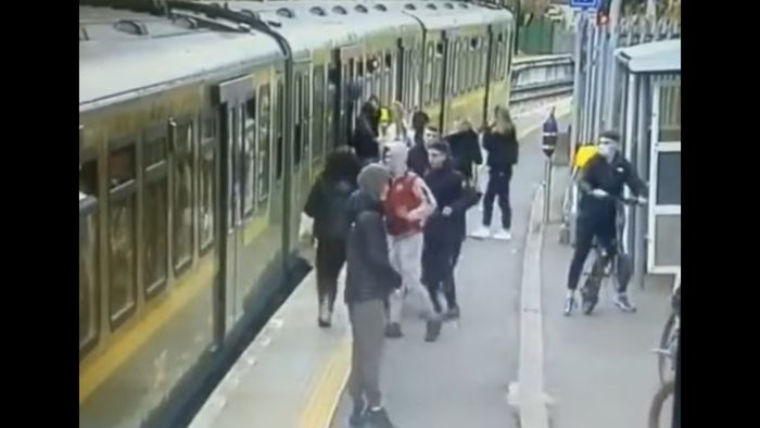 Grupo de hombres acosa y provoca caída de mujer a vías del metro en Irlanda