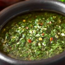 El disputado origen del chimichurri, la famosa salsa que une a los argentinos