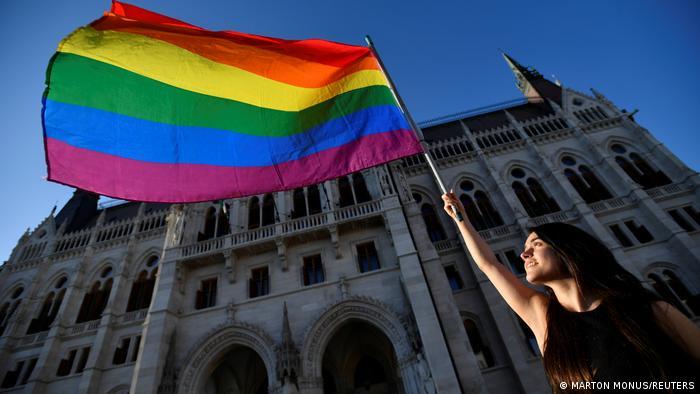 """Hungría prohíbe """"promover"""" la homosexualidad entre menores"""