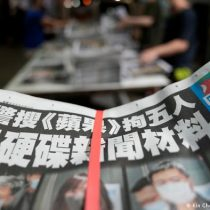 Diario prodemocracia de Hong Kong publica edición desafiante tras allanamiento realizado por la policía china