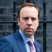 Ministro británico de Salud renuncia por infringir reglas anticoronavirus