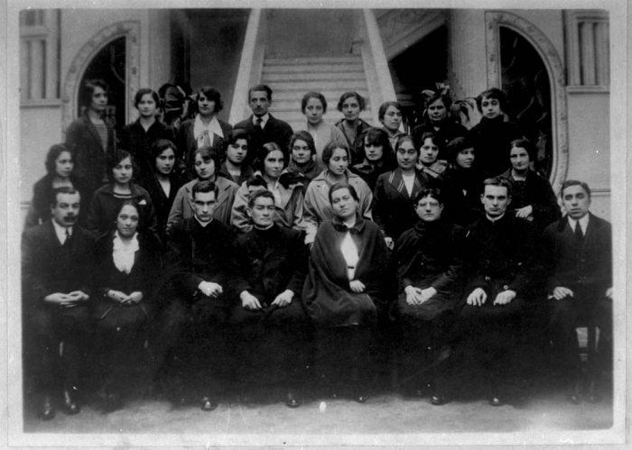Gabriela Mistral hace 99 años: su quiebre con Chile y el compromiso con la educación en México