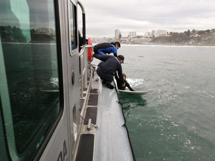 Rescatan a surfistas en Concón durante marejadas anormales: Onemi recomendó no acercarse al borde costero