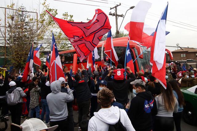 Con banderas y lienzos decenas de hinchas despiden a La Roja en su rumbo a Brasil