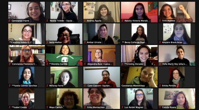 """""""Llegamos para quedarnos"""": 35 convencionales participan en presentación de un `Reglamento Feminista` para la nueva Constitución"""