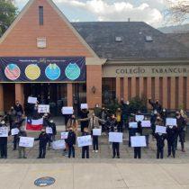 """""""Abran las escuelas"""": Apoderados y niños se manifestaron en frontis de colegios para exigir que establecimientos puedan reabrir en cuarentena"""
