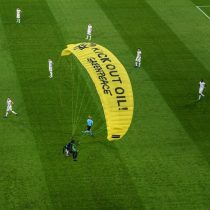 Manifestante en paracaídas casi cae a las gradas en la previa de Francia vs Alemania de la Eurocopa