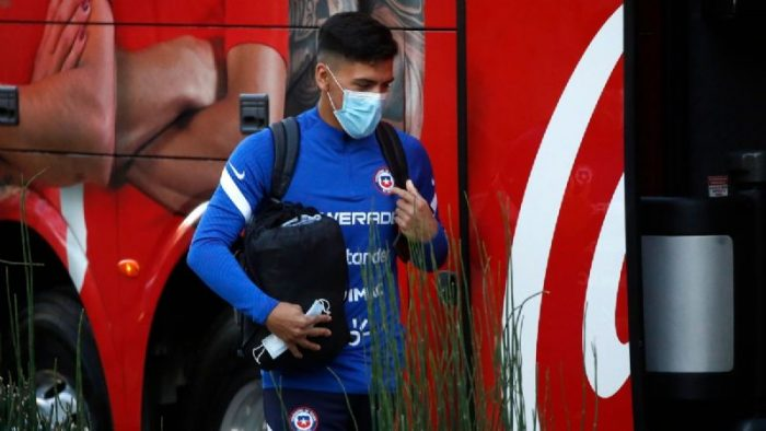 Con maleta en mano: seleccionado de La Roja Marcelino Núñez llega caminando a Juan Pinto Durán