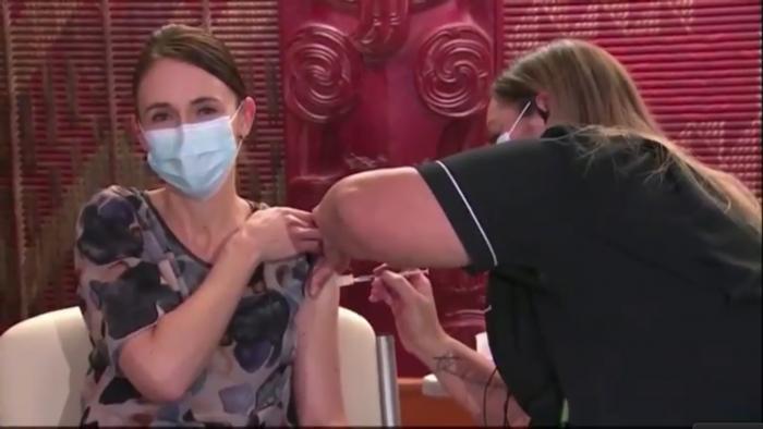 Jacinda Ardern recibe primera dosis anticovid para dar ejemplo en medio de una lenta campaña en Nueva Zelanda