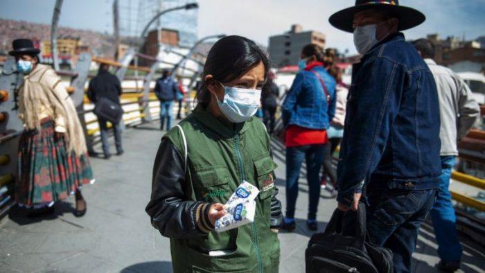 """""""A las 5 de la mañana estoy en la calle con mi mamá vendiendo pañuelos"""": el relato de Valentinne, una boliviana de 9 años, y de otros niños que trabajan"""