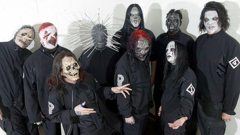 Jordison (con máscara blanca abajo a la derecha) en una foto con Slipknot en 2010.