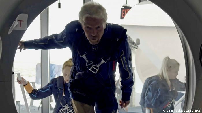 Multimillonario Richard Branson realiza su primer vuelo espacial